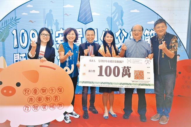 前台中市長胡志強(右二)3日與社會局長彭懷真感謝「藍爸爸」,捐百萬給「兒童與少年未來教育及發展帳戶」。(盧金足攝)