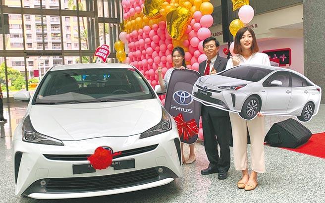 高雄市代理局長楊明州3日邀請抽中百萬名車的兩位幸運兒到市府領獎。(柯宗緯攝)