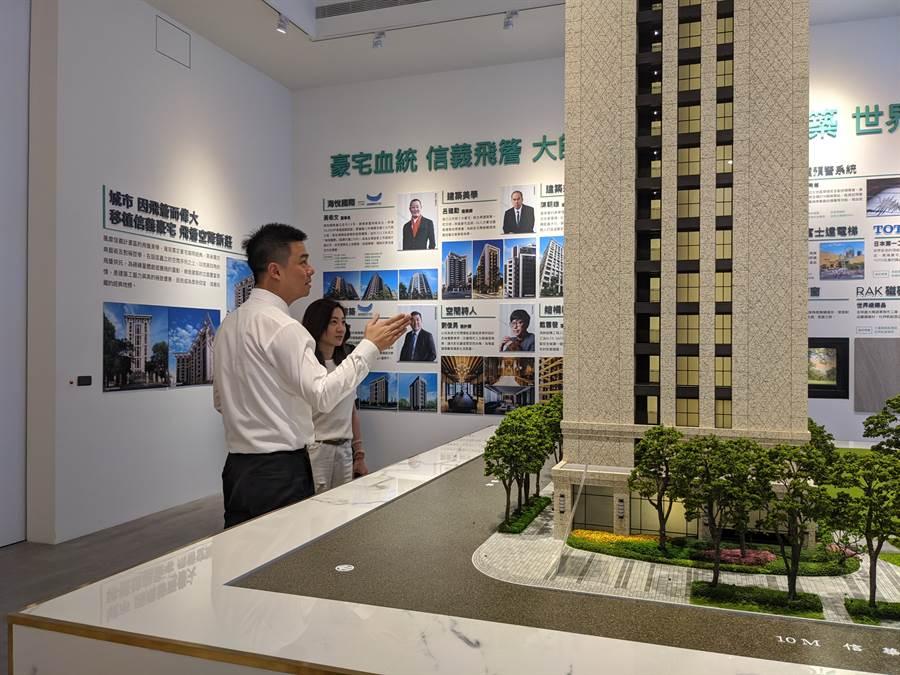 房市買氣熱,六都會區7月建物買賣移轉棟數月增近2成,圖為「新莊海悅花園」現場。(葉思含攝)