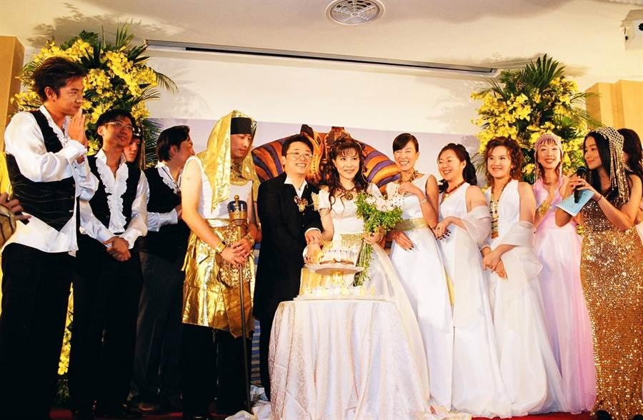 羅霈穎(右五)16年前為好友小彤結婚擔任伴娘,笑得比新娘還開心。(小彤提供)