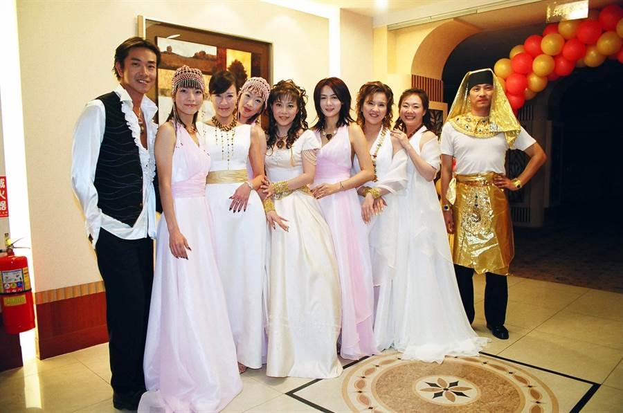 羅霈穎(左三)16年前為好友小彤結婚擔任伴娘。(小彤提供)