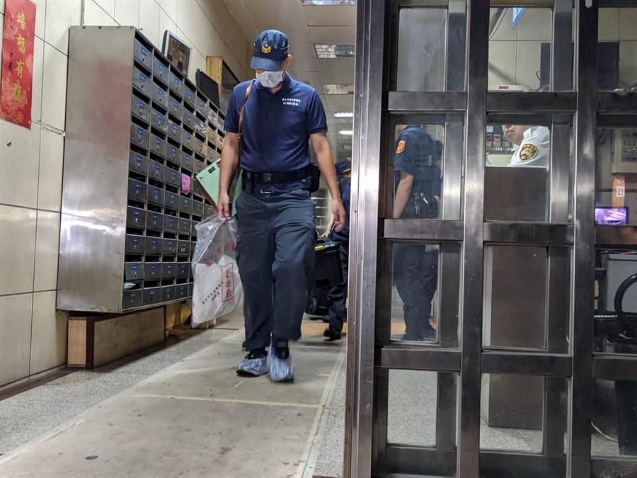 警方鑑識人員採證後,帶走相關證物。(胡欣男攝)