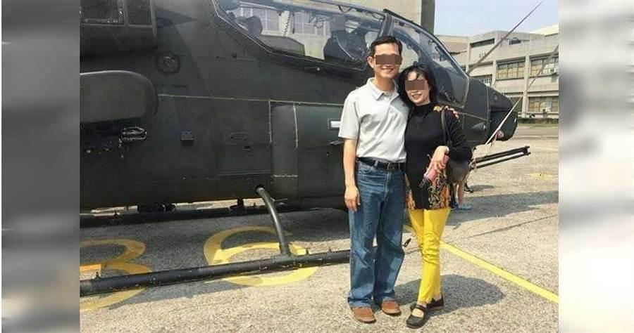 2015年3月14日,時任陸軍飛行訓練部少將指揮官劉男帶領部屬的媽媽參觀基地,並在飛機前留下親密合影。(圖/翻攝畫面)
