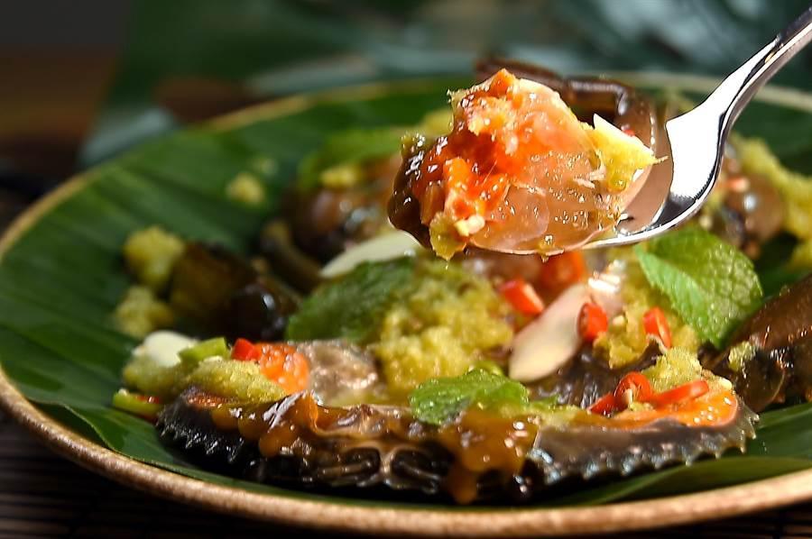 泰菜私廚〈Zaap〉的〈醃蟹〉,是以泰式醬汁將紅蟳/沙母由生醃漬到熟,與上海菜的〈嗆蟹〉異曲同工,風味則各有千秋。(圖/姚舜)
