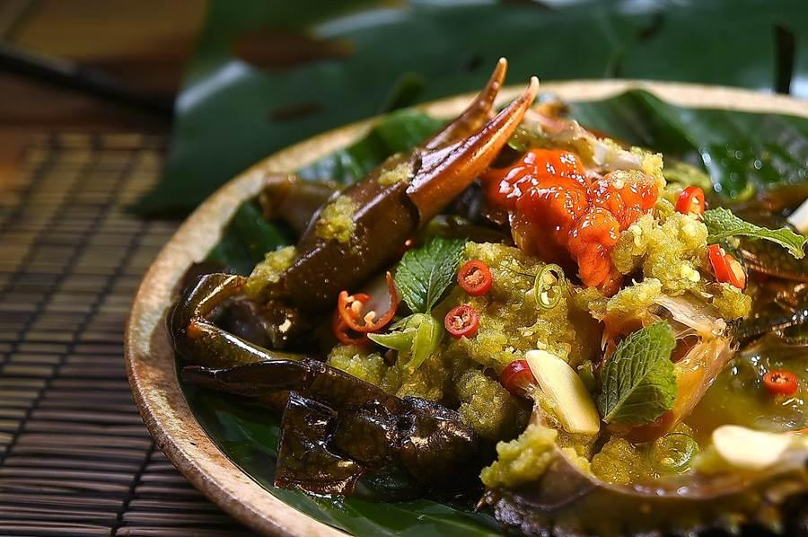 黃澄澄的蟹黃與透明狀的蟹肉,泰菜私廚〈Zaap〉的〈醃蟹〉,在盛夏酷暑中吃來過癮。(圖/姚舜)
