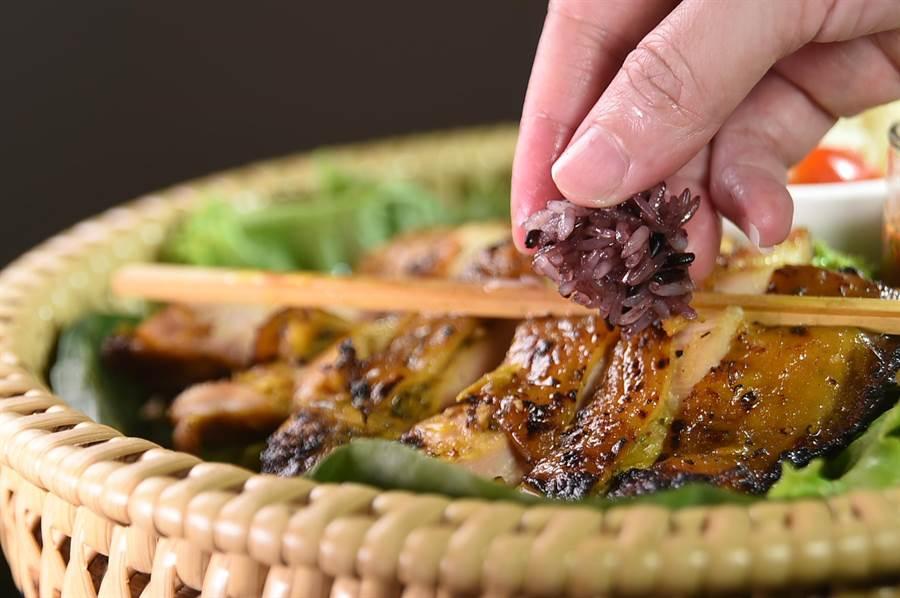 泰國人吃炸雞或烤雞時,會配上糯米飯且用手抓了就入口,食客在〈Zaap〉可以嘗試這種泰國常民吃法。(圖/姚舜)
