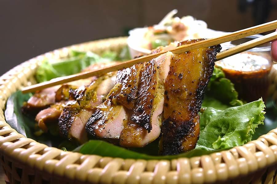 泰菜私廚〈Zaap〉的〈泰式香料烤雞腿〉,雞腿肉去了骨後用薑黃、辛香料與奶汁調製的醬汁醃過入味後,再炭烤成菜,風味與口感皆很誘人。(圖/姚舜)