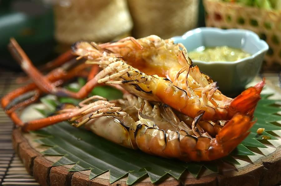 〈Zaap〉的主人兼主廚AJ簡士捷說,公的泰國蝦蝦膏多,所以他只用公蝦炭烤,吃食時可以沾海鮮醬提味。(圖/姚舜)