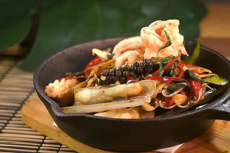 〈鐵板青胡椒炒海鮮〉內容有花枝、鮮蝦和竹蟶,並以綠胡椒掛帥提味添香,上桌時鑄鐵鍋內的醬汁還持續蒸騰、香氣逼人。(圖/姚舜)
