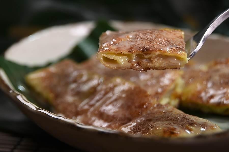 泰菜私廚〈Zaap〉的泰式傳統甜點〈香蕉煎餅〉,裡餡是香蕉和蛋黃打成,煎餅外層還用了煉乳和阿華田粉增加甜香。(圖/姚舜)
