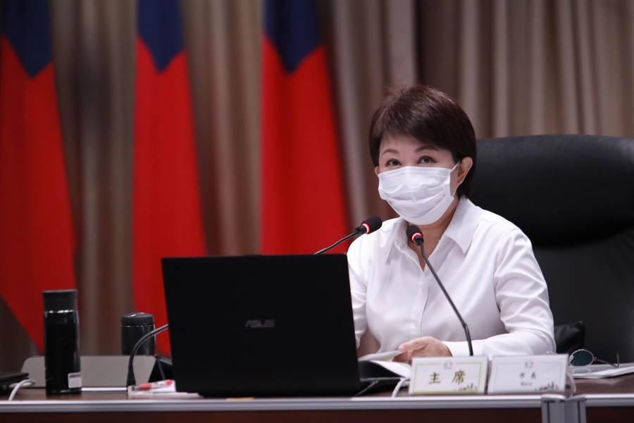 台中市長盧秀燕4日宣布,針對電梯、補習班、電影院、K書中心、KTV等中央宣示五大場所啟動「戴口罩及實名制檢查專案」。(盧金足攝)