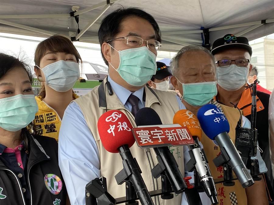台南市長黃偉哲(中)今天恢復戴口罩跑行程。(曹婷婷攝)