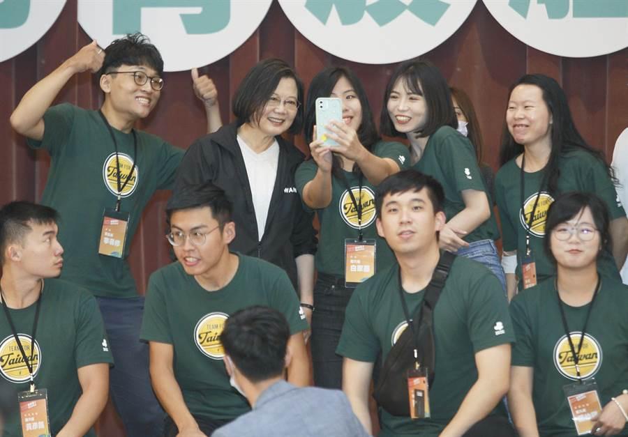 民進黨主席蔡英文(後排左二)4日出席「2020會做事!國務青旗艦營」結業式,與年輕學員親切合影。(張鎧乙攝)