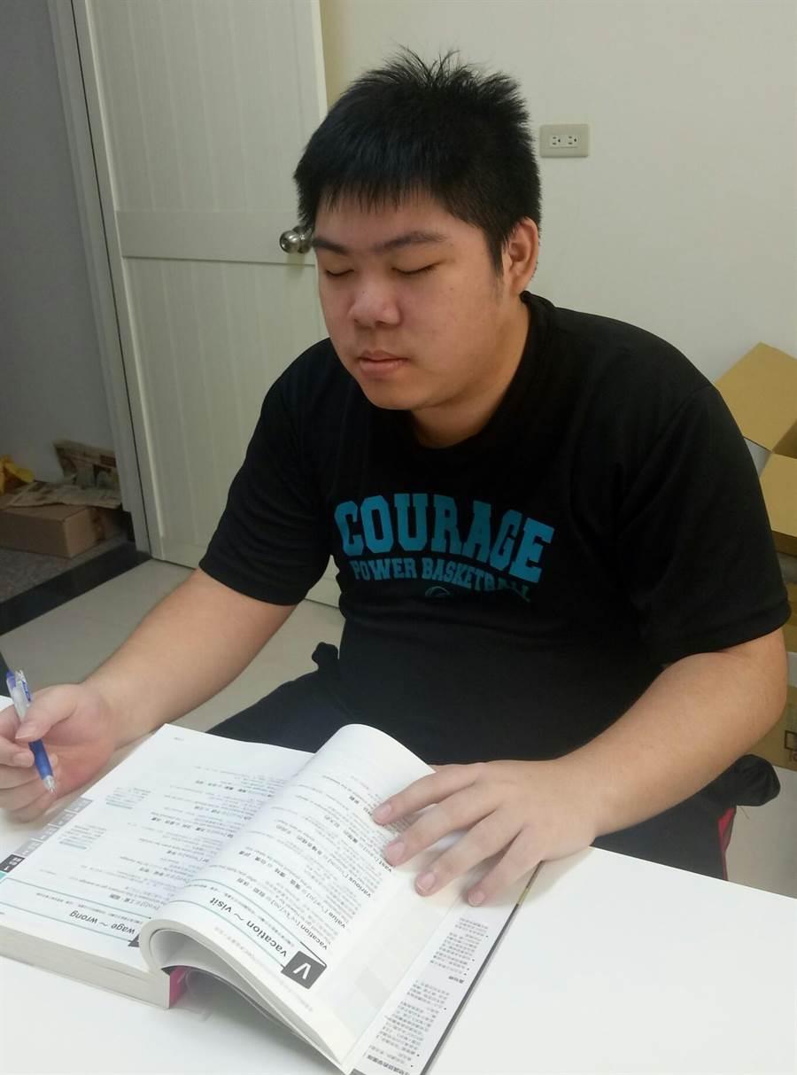 弘光科大學生黃鵬仁生多益考900分。(陳淑娥攝)