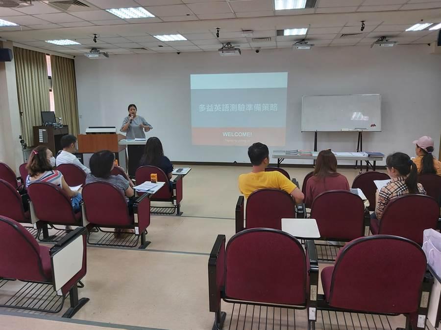 弘光科大暑期英語密集班結訓,學生成績大幅提高。(陳淑娥攝)