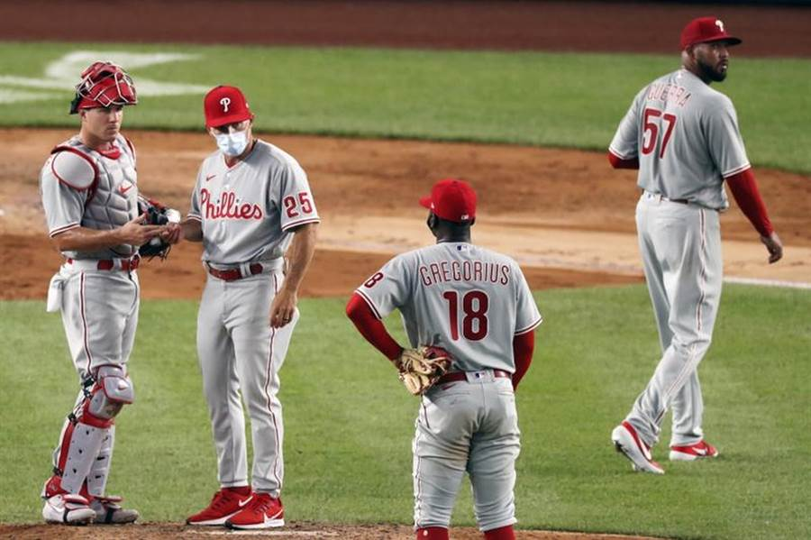 費城人總教練吉拉迪(左二)與游擊手桂格瑞斯(左三)交談。(美聯社)