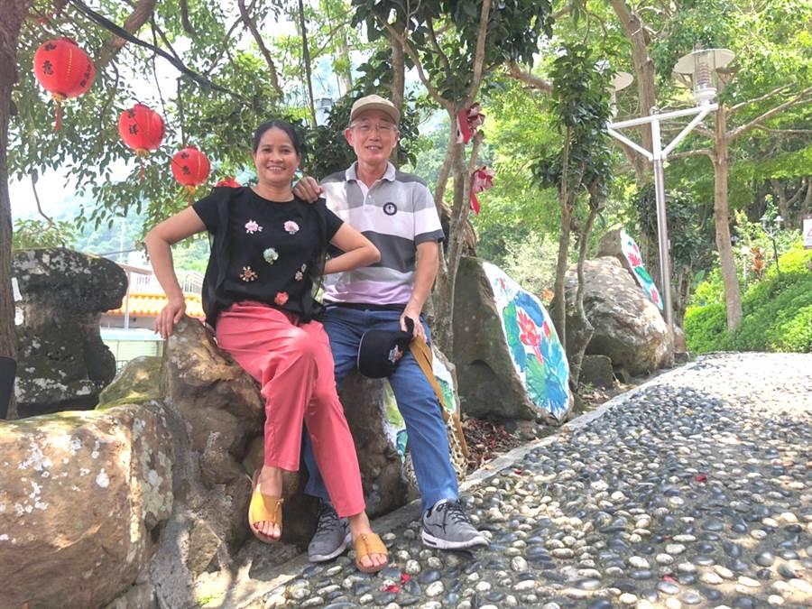 新住民珊珊與丈夫魏先生一起投入長照服務工作。(社會局提供/洪榮志台南傳真)