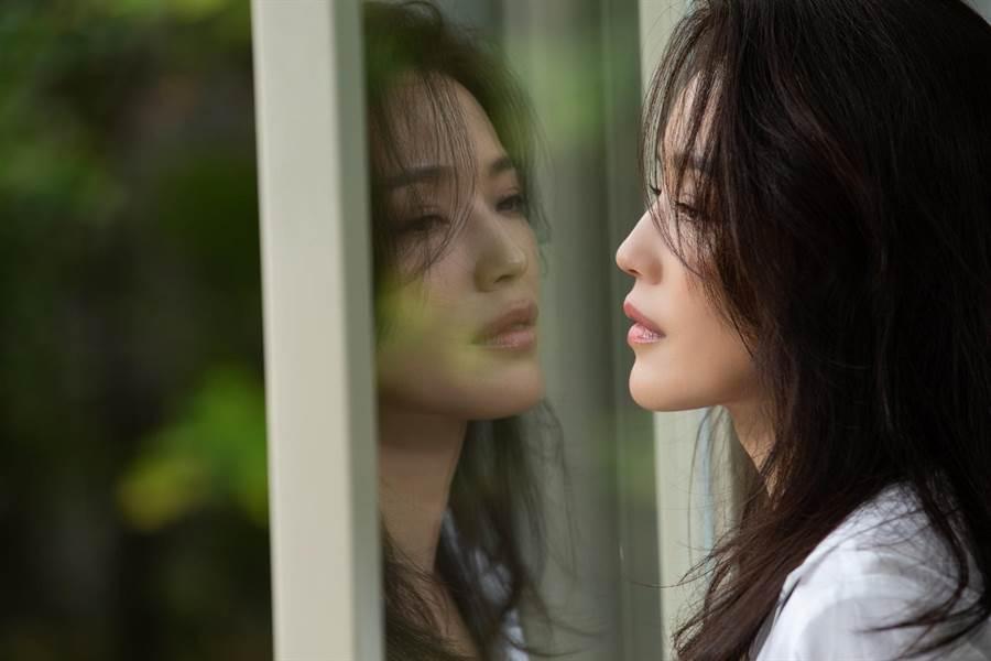 林俊傑〈無濾鏡〉MV請到舒淇擔任女主角。(華納音樂提供)
