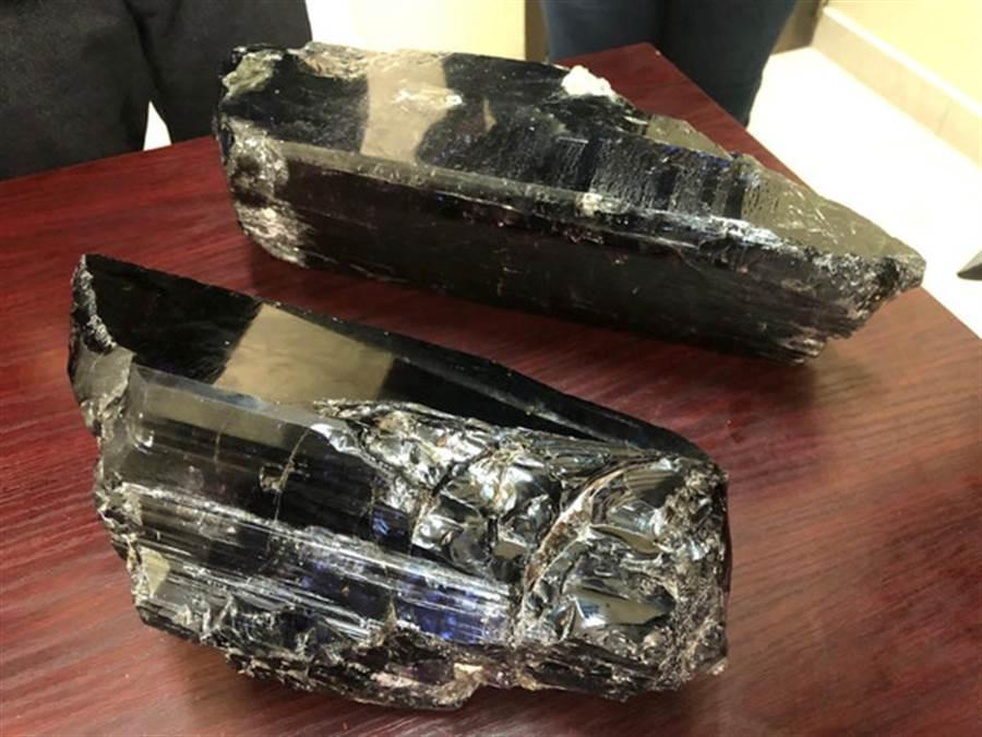 坦尚尼亞一名礦工6月挖到破紀錄2塊坦尚石,分別重達9.2公斤與5.8公斤,共賣近億台幣。(圖/路透)