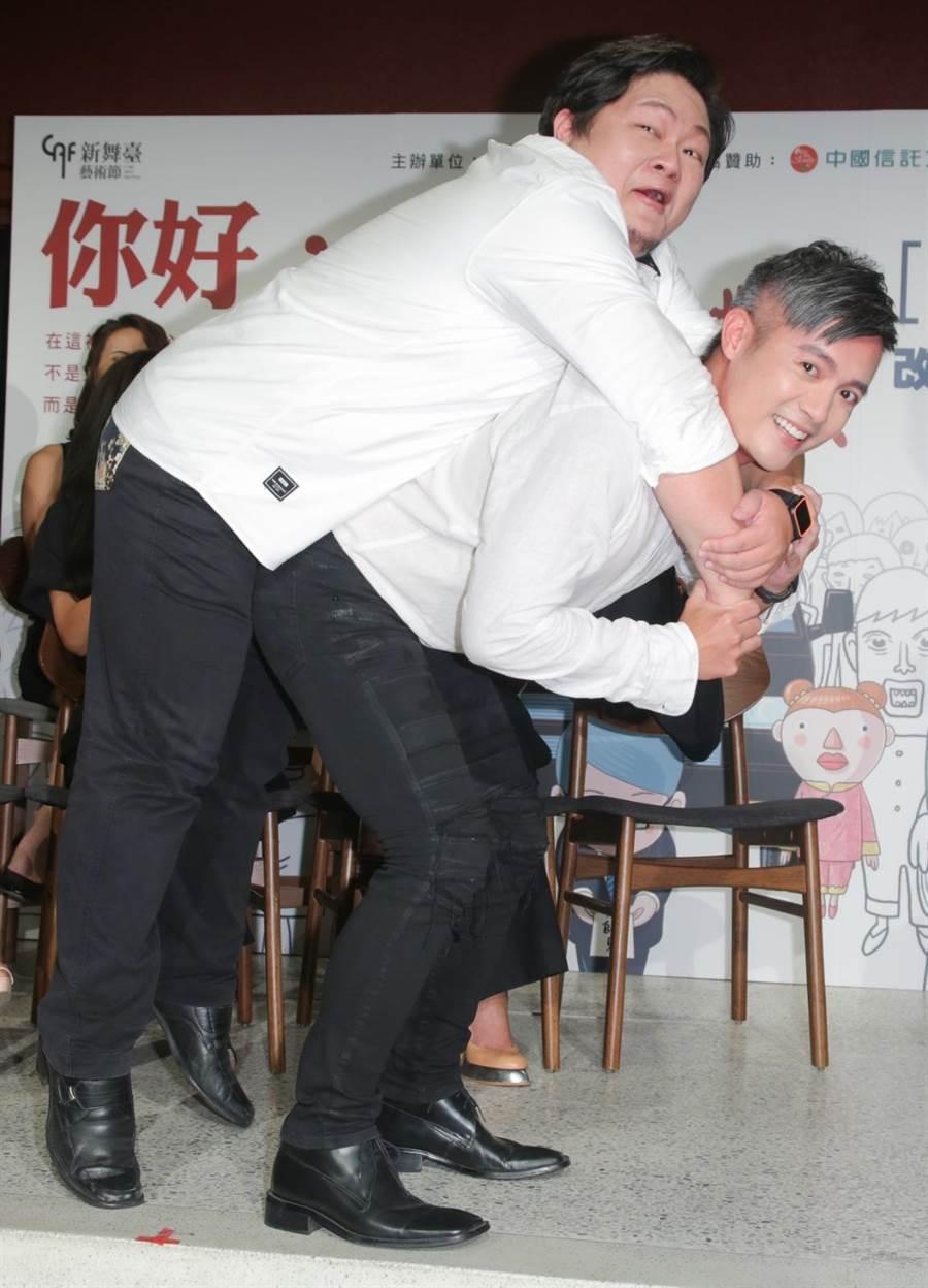 范逸臣挑戰演出接體員,記者會上試著模擬扛人姿勢。(吳松翰攝)