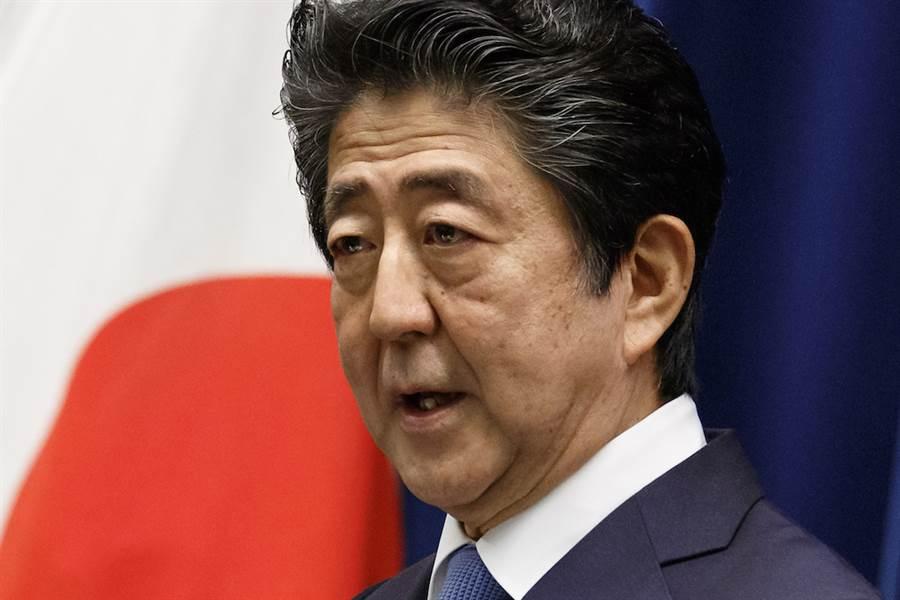 日本週刊誌《FLASH》報導,日本首相安倍晉三7月6日曾在首相官邸內的辦公室吐血。(美聯社)