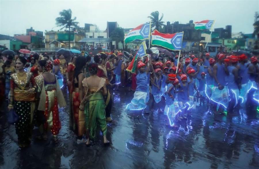 在疫情大流行下,印度孟買漁民3日慶祝普拉尼瑪節(Narali Purnima)。當天漁民用椰子祭拜海神。(完)