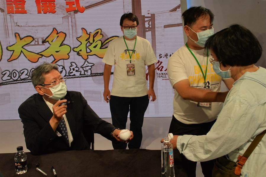 「東方特快車」郭泰源(左)於活動結束後替球迷簽名留念。(台灣棒球名人堂協會提供/廖德修台北傳真)