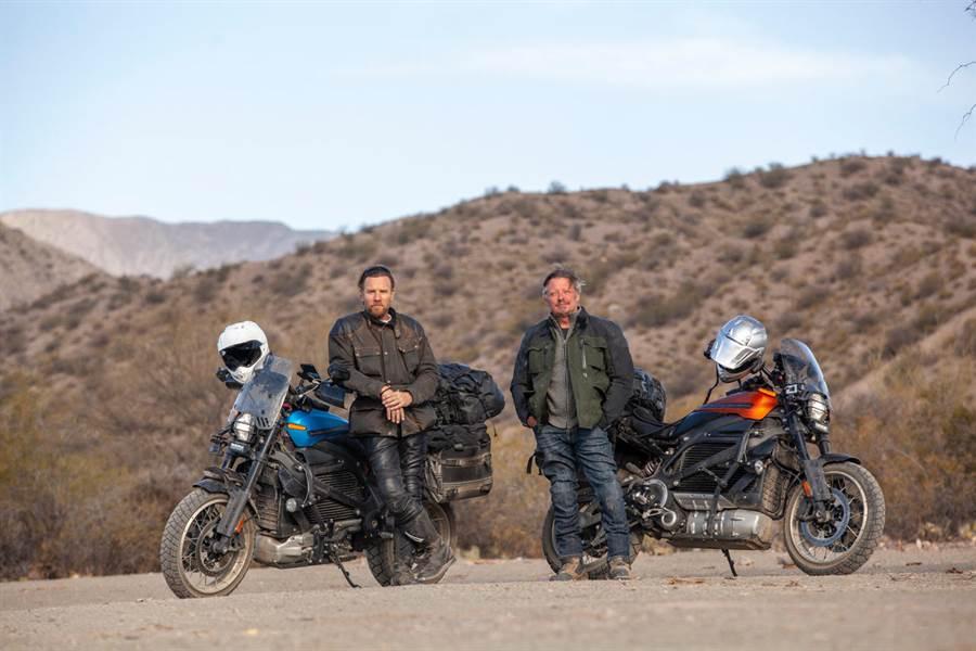 Apple TV+ 將播出伊旺麥奎格與查理布爾曼的全新電動摩托車環球長征之旅《Long Way Up》。(蘋果提供/黃慧雯台北傳真)