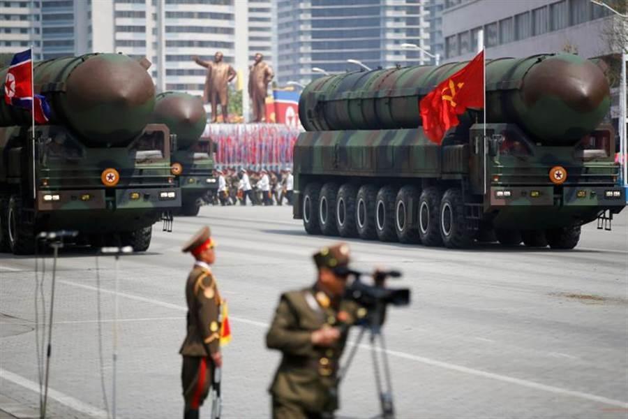 聯合國最新報告指出,北韓可能已經研發出將核彈頭裝在彈道飛彈上的技術,接下來可能持續投入研發工作,以發展「多彈頭」核武系統。圖為2017年4月,金日成105歲冥誕時,北韓在閱兵儀式中展示洲際飛彈。(路透)