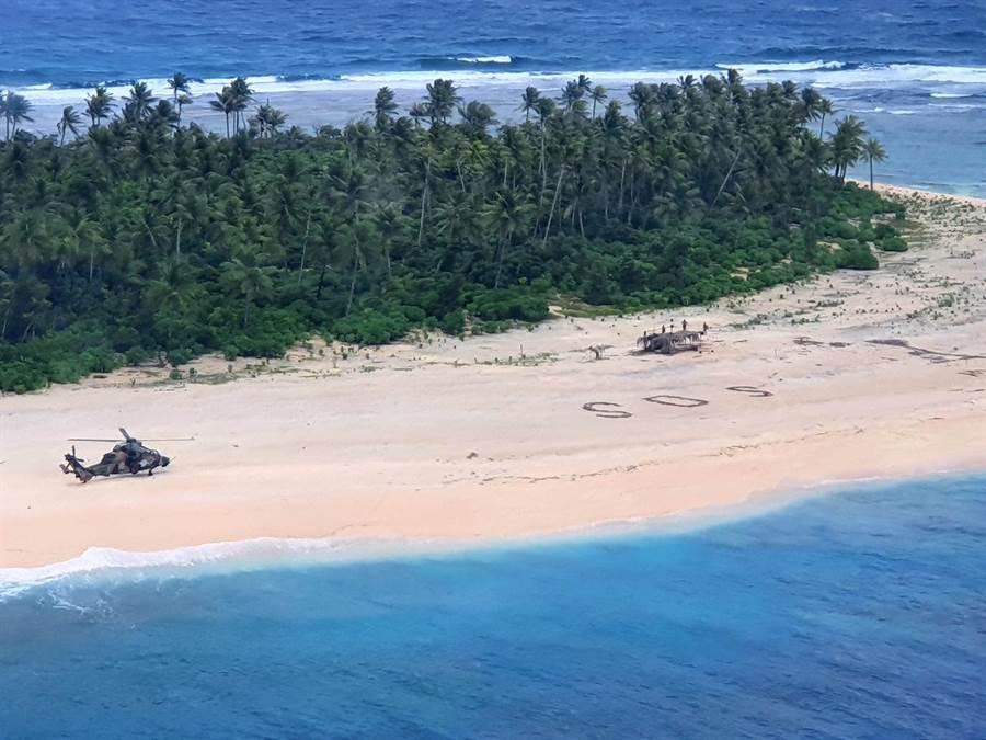 水手漂流荒島,畫SOS成功引來直升機救援。(圖/路透社)