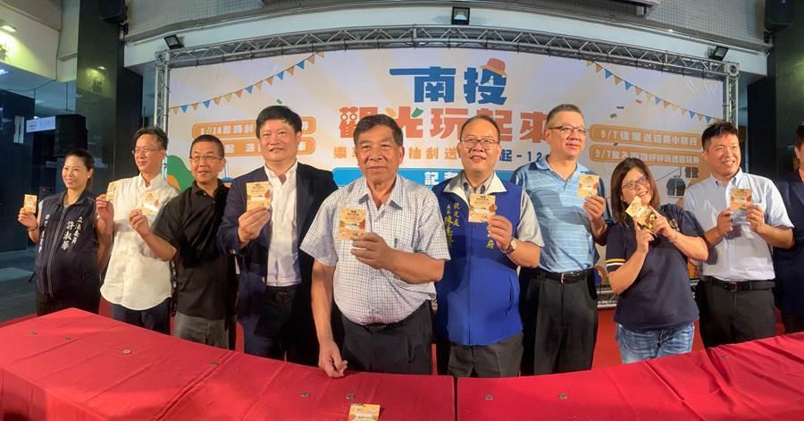 副縣長陳正昇(中),與觀光產業龍頭,展示刮刮樂。(廖志晃攝)