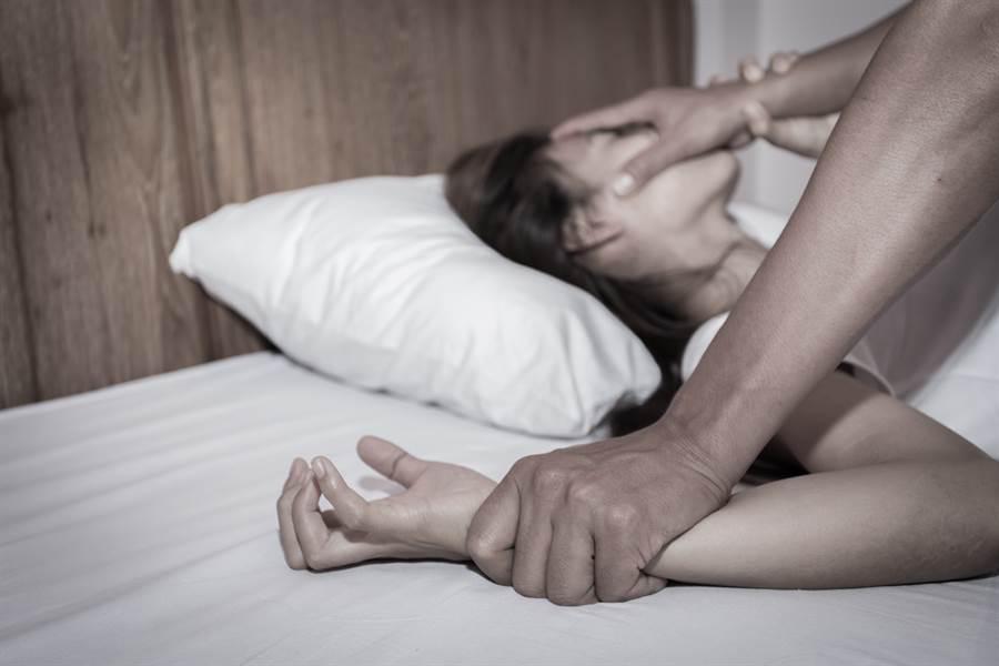 1名想挽回感情的渣男,趁著前女友感冒藥效發作虛弱時,趁機帶到摩鐵房內性侵得逞。(示意圖/達志影像/Shutterstock提供)