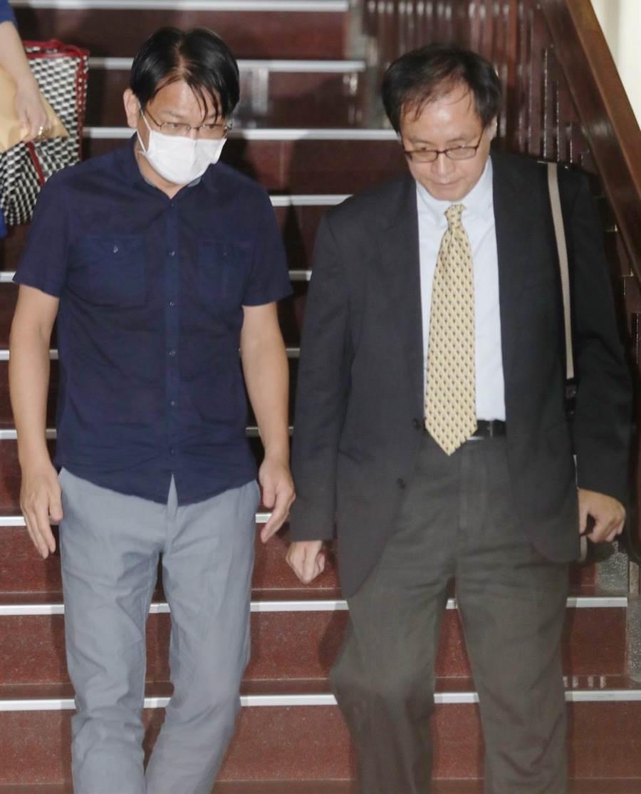 歷時5天4夜的搜索約談及聲押,台北地院召開創紀錄的53小時羈押審查庭,時代力量前立委徐永明(左)以80萬交保後,與律師步出地院。(陳怡誠攝)