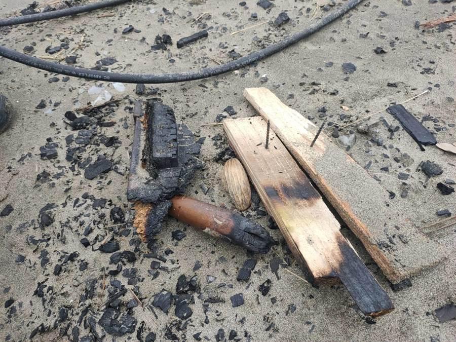 新生代饒舌歌手高爾宣為拍攝MV露天燃燒,卻被民眾發現事後現場留有長鐵釘等廢棄物,挨批太危險。(民眾提供/巫靜婷苗栗傳真)