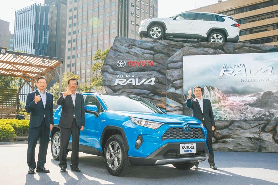 圖為豐田原廠代表(右起),與總代理和泰汽車董事長黃南光、總經理蘇純興。(圖:業者提供)