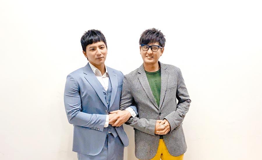 小煜(左)、黄靖伦昨录《全民星攻略》。(东森提供)