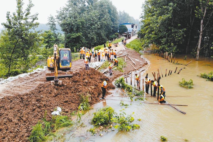 長江水災抗洪搶險,北斗衛星系統發揮很大的作用。圖為7月14日,安徽省樅陽縣搶險現場。  (新華社)