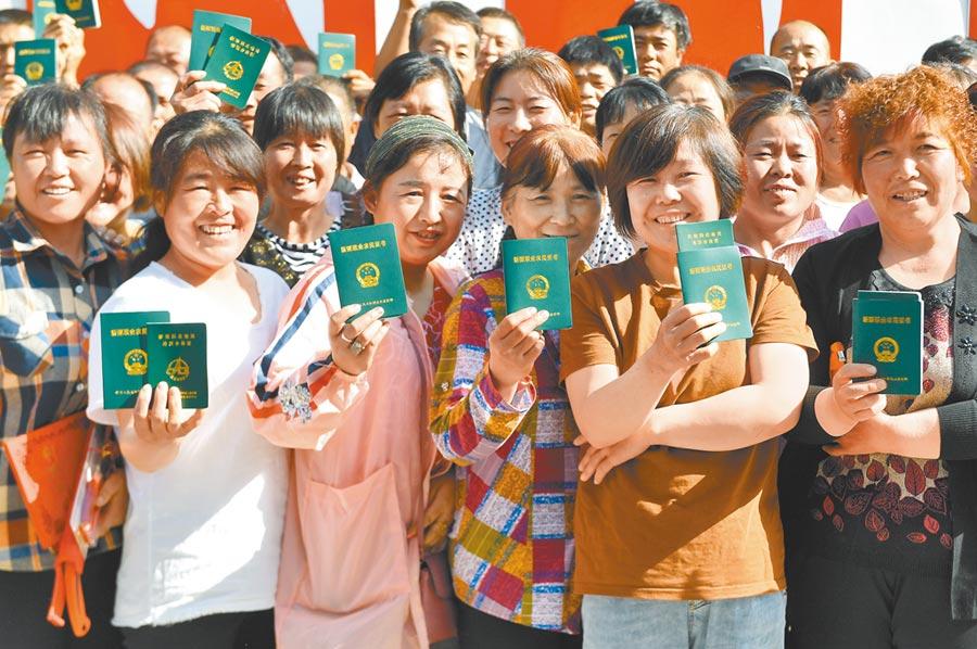 大陸挑戰全面建成小康社會,圖為培訓合格的農民領到新型職業農民證書。(新華社資料照片)