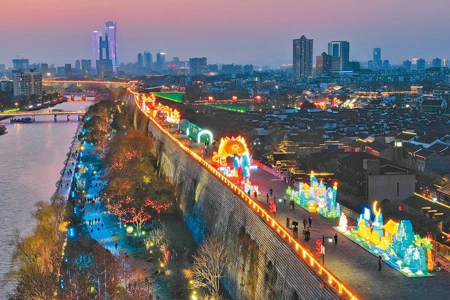 作者前往南京探親,親見許多歷史古蹟。圖為南京明城牆。(中新社)