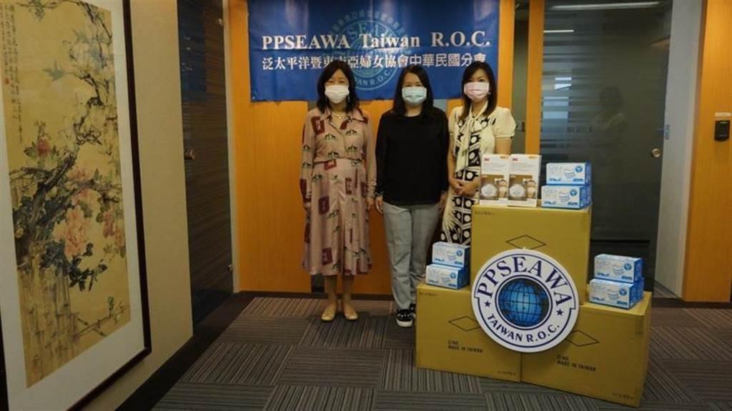 (泛太平洋暨東南亞婦女協會中華民國分會(PPSEAWA Taiwan)名譽理事長陳淑珠(古一)、理事長陳曼君(中間)捐贈醫療口罩一批,為美國加州社區服務的醫療人員盡份心力。圖/由PPSEAWA Taiwan提供)