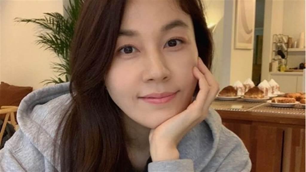 42歲金荷娜當媽後更辣 穿「膝上3CM」洩絕對領域(圖/IG@haneul_jin)