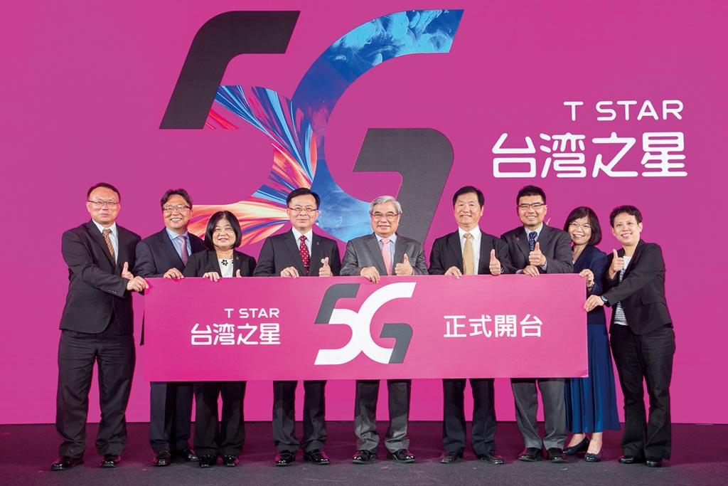 台灣之星董事長林清棠(圖中)及總經理賴弦五(左二)邀請NCC主委陳耀祥(左四)及新上任的NCC委員共同慶祝開台。圖/台灣之星提供
