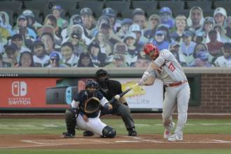 MLB》慶祝當爸爸 「神鱒」卓奧特首打席開轟