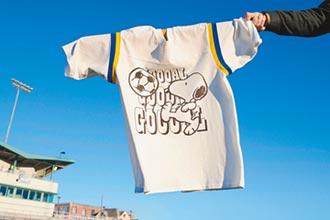LEVI'S×史努比最新联名 腾空踢足球运动趣