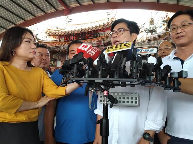 民進黨高雄市長候選人陳其邁掃街拜票前接受記者聯訪。(林雅惠攝)