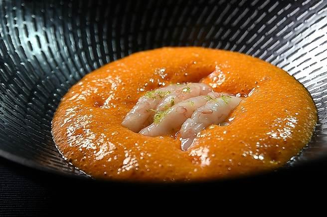 台北萬豪酒店〈Garden Kitchen〉新任義籍主廚 Vito Grippa演繹的菜式〈生甜蝦搭茄子泥.番茄醬汁〉,強調的海鮮的新鮮滋味。(圖/姚舜)