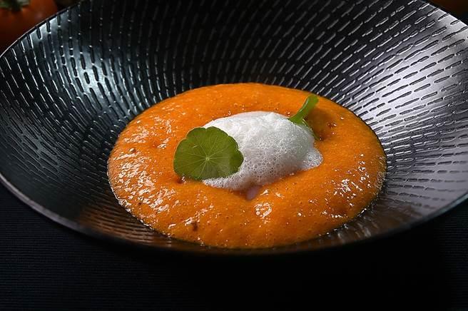 台北萬豪酒店新們義大利主廚Vito為增加菜餚風味層次,會在〈生甜蝦搭茄子泥.番茄醬汁〉上舖上一層巧克力打的Foam,吃時連蝦帶醬汁、茄泥和乳泡一起入口。(圖/姚舜)