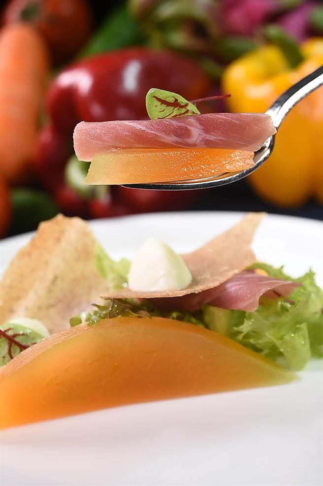 〈醃漬薑味哈蜜瓜搭義式火腿〉的哈蜜瓜是以滲透法,為哈蜜瓜賦予薑汁味道,搭配鹹鮮火腿入口,風味更有層次。(圖/姚舜)