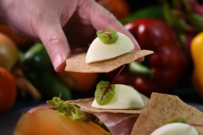 迷迭香脆餅上的冰淇淋,是以牛奶、檸檬、橄欖油製成的〈橄欖油冰淇淋〉,Chef Vito用它搭配沙拉開啟味蕾。(圖/姚舜)