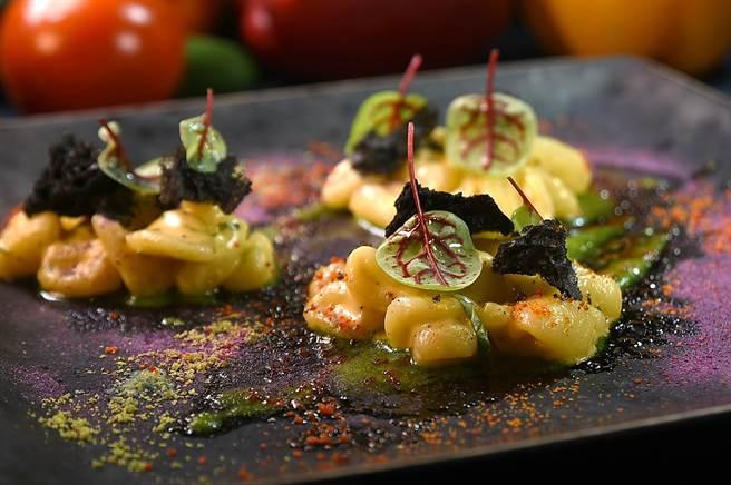 Chef Vito作的這道〈貓耳朵麵〉(Cavatelli)是將又稱「紐指麵」的Pasta煮熟後,用海膽橄欖油拌炒賦味,盤中有紅色龍蝦粉、綠色羅勒粉和紫色紫薯粉另外搭配提味,是一道Fine Food。(圖/姚舜)